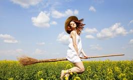 Mosca de la encantadora del Redhead sobre campo de la rabina del resorte Fotos de archivo libres de regalías