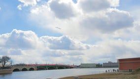 Mosca de quatro aviões militares sobre a cidade em uma parada video estoque