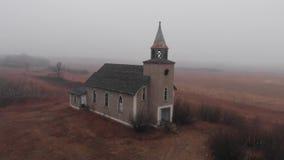 Mosca del abejón adentro de una iglesia abandonada en una mañana de niebla metrajes