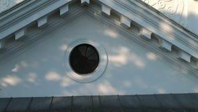 Mosca del abejón para arriba cerca de iglesia blanca histórica del cristianismo metrajes