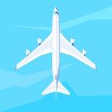 Mosca del aeroplano en el cielo Imagenes de archivo