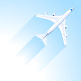 Mosca del aeroplano en el cielo azul Imágenes de archivo libres de regalías