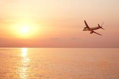 Mosca del aeroplano sobre el mar imágenes de archivo libres de regalías