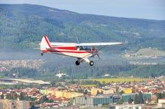 Mosca del aeroplano sobre la ciudad, avión ligero, solo motor Imagen de archivo libre de regalías