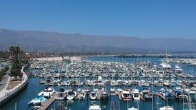 Mosca del estadio de Playa de Santa Barbara Harbor y del La encima
