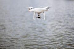 Mosca del fuco all'alta velocità su un cielo sopra l'acqua Fotografie Stock Libere da Diritti