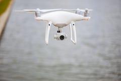 Mosca del fuco all'alta velocità su un cielo sopra l'acqua Fotografia Stock