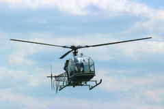mosca del helicóptero en el cielo fotos de archivo