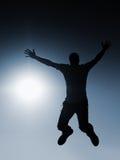 Mosca del hombre en aire Efecto entonado azul Hombre que cae abajo con las manos para arriba Imagenes de archivo
