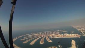 Mosca del paracadutista sopra il Dubai Paracadute di apertura Giorno pieno di sole Sport estremo Litorale video d archivio