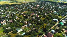 Mosca del pueblo sobre cambio de la inclinación de la encuesta sobre aérea la cacerola metrajes