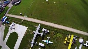 Mosca del Skydiver en el paracaídas en cielo sobre campos verdes Manía extrema aterrizaje metrajes