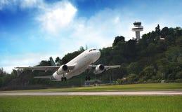 Mosca dell'aereo passeggeri in su sopra la pista di decollo Immagini Stock Libere da Diritti