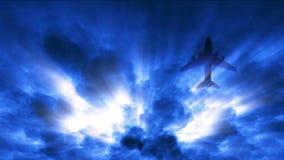 Mosca dell'aeroplano sotto il cielo della tempesta stock footage