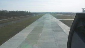 Mosca dell'elicottero giù al campo d'imbarco Macchina fotografica dentro Giorno pieno di sole Erba verde atterraggio stock footage