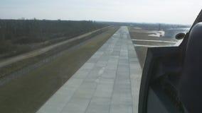 Mosca dell'elicottero giù alla linea d'imbarco Macchina fotografica dentro Giorno pieno di sole Erba verde atterraggio stock footage