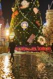 MOSCA - 4 DICEMBRE 2017: Albero di Natale vicino a costruzione della GOMMA sul quadrato rosso Immagine Stock