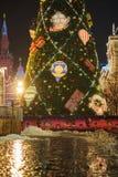 MOSCA - 4 DICEMBRE 2017: Albero di Natale vicino a costruzione della GOMMA sul quadrato rosso Fotografia Stock