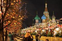 MOSCA - 4 DICEMBRE 2017: Decorazione del nuovo anno e di Natale sul quadrato rosso Fotografia Stock Libera da Diritti
