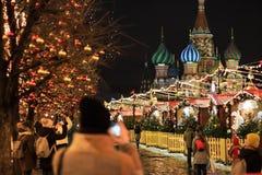 MOSCA - 4 DICEMBRE 2017: Decorazione del nuovo anno e di Natale sul quadrato rosso Fotografia Stock