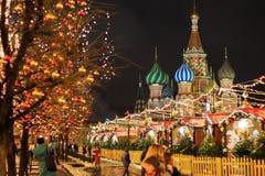 MOSCA - 4 DICEMBRE 2017: Decorazione del nuovo anno e di Natale sul quadrato rosso Immagine Stock