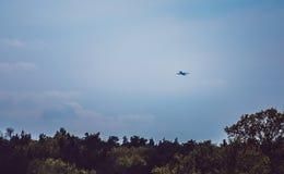 Mosca do avião comercial acima da decolagem Fotos de Stock Royalty Free