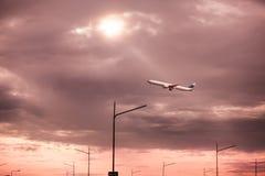 Mosca do avião comercial acima sobre a pista de decolagem da decolagem do aeroporto Imagem de Stock Royalty Free