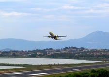 Mosca do avião comercial para baixo sobre a pista de decolagem da decolagem do aeroporto Fotografia de Stock Royalty Free