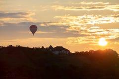 Mosca do balão na cidade Ucrânia de Kamianets-Podilskyi no por do sol fotografia de stock royalty free