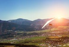 mosca do Cair-planador sobre o vale da montanha imagens de stock royalty free