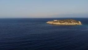 Mosca do helicóptero em torno da ilha pequena com a casa velha cercada pelo espaço do mar Ilha com uma casa loneliness aéreo video estoque