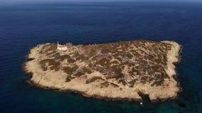 Mosca do helicóptero em torno da ilha pequena com a casa velha cercada pelo espaço do mar Ilha com uma casa loneliness aéreo vídeos de arquivo