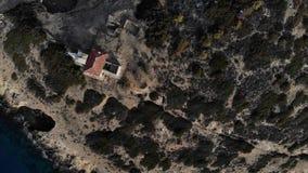 Mosca do helicóptero em torno da ilha pequena com a casa velha cercada pelo espaço do mar Ilha com uma casa loneliness A vista de filme