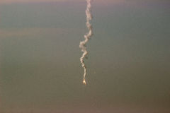 A mosca do míssil na cidade Fotografia de Stock