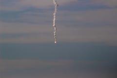 A mosca do míssil na cidade Fotografia de Stock Royalty Free