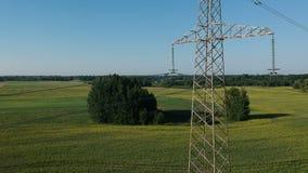 Mosca do zangão acima da altura perto da torre da eletricidade no campo, aéreo vídeos de arquivo