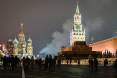 Mosca e quadrato rosso meravigliosamente decorati per il nuovo anno e immagini stock