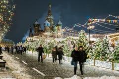 Mosca e quadrato rosso meravigliosamente decorati per il nuovo anno e Chr immagine stock libera da diritti