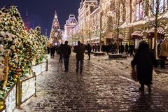 Mosca e quadrato rosso meravigliosamente decorati per il nuovo anno e Chr fotografia stock libera da diritti