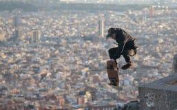 Mosca e trucchi di Longboarder sopra Barcellona Fotografie Stock