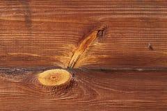 Mosca em uma placa de madeira Hay Turner oxidado idoso Equipamento agrícola velho no feno Fotografia de Stock