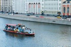 Mosca, federazione russa 11 maggio 2018: i turisti galleggiano su una barca di fiume sul fiume di Mosca Immagini Stock Libere da Diritti