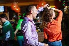 MOSCA, FEDERAZIONE RUSSA - 13 OTTOBRE 2018: Una coppia di mezza et?, un uomo e una donna, salsa di ballo in una folla di peopl ba immagine stock libera da diritti