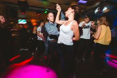 MOSCA, FEDERAZIONE RUSSA - 13 OTTOBRE 2018: Una coppia di mezza et?, un uomo e una donna, salsa di ballo in una folla di peopl ba fotografie stock