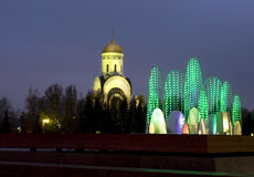 Mosca, fontana elettrica e chiesa di St George Fotografia Stock