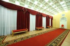 Corridoio vuoto con tappeto rosso in palazzo su Yauza Immagini Stock