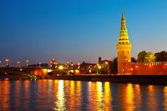 Mosca Kremlin e fiume di Moskva nella notte Immagini Stock Libere da Diritti