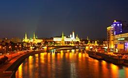 Mosca Kremlin e fiume di Moskva nella notte Fotografie Stock Libere da Diritti