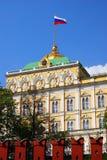 Mosca Kremlin Il grande palazzo di Cremlino Bandiera russa dello stato tricolore Fotografia Stock Libera da Diritti
