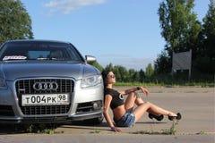 mosca La Russia - 20 maggio 2019: La linea d'argento di Audi A6 S ? parcheggiata su all'aperto Vicino si siede la ragazza ? il pr fotografie stock libere da diritti